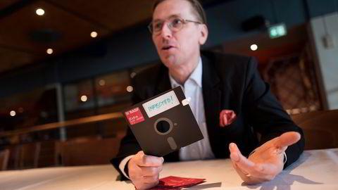 Den verdenskjente sikkerhetseksperten Mikko Hypponen holder en floppy disk, lagringsmediet som før i tiden spredte virus. Selv sporet han koden til verdens første datavirus Brain. A fra 1986 til en fysisk adresse i Lahore, Pakistan. Han dro dit, banket på døren og fant de to brødrene som hadde skapte den.