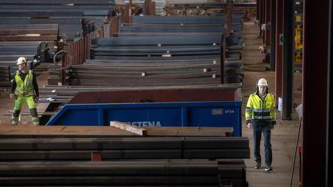 Administrerende direktør Helge Runer (til høyre på bildet) i Norsk Stål varsler i disse dager kundene at stålprisene er på vei ned igjen etter å ha blitt mer enn doblet det siste året. Her er han på konsernets gigantlager i Horten.