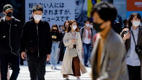 Til tross for nye smitteutbrudd i blant annet India, Japan og Thailand er optimsimen på vei tilbake hos verdens forbrukere. De har økt sparingen med nesten 50.000 milliarder kroner under koronapandemien. Her fra Shibuya i Tokyo på søndag.