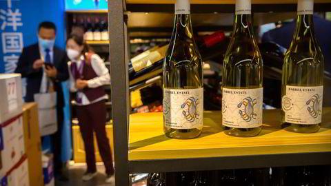 Kina er blitt et viktig marked for australsk vin. Nå er det innført straffetoll de neste fem årene. Årsaken er «prisdumping» – en påstand australske vinprodusenter og myndigheter avviser. Her fra China International Import Expo (CIIE) i Shanghai i november 2020.