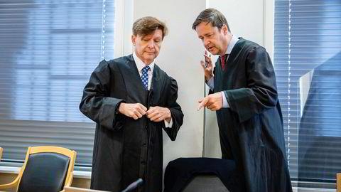 Fra rettssaken da den gikk i tingretten: Alexander Hesselbergs forsvarere Arnt Angell (til venstre) og John Christian Elden. Elden førte saken for retten i lagmannsretten.