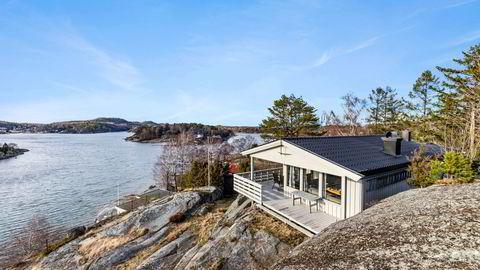 Det var svært stor interesse for hytta på Grindholmen i Sandefjord som ble lagt ut med en prisantydning på 3,7 millioner kroner. Den ble til slutt solgt for 5,85 millioner kroner, nær 60 prosent over prisantydning.