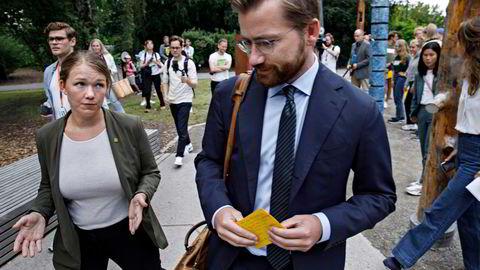 Klima og miljøminister Sveinung Rotevatn fra Venstre ble møtt av MDGs Une Aina Bastholm (tv), Lan Marie Berg og medlemmer av MDG da han kom til Klimahuset for mandagens pressekonferanse.