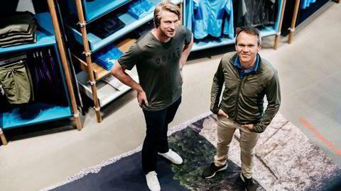 – Dette er resultatet av den digitale omstillingsprosessen. Det kostet, men det var riktig, sier Bergans-sjef Jan Tore Jensen (til venstre) om årene med omstilling som la grunnen for fjorårets overskudd. Her er med finansdirektør Jan-Martin Holmen.