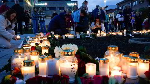Blomster og tenner lys på Stortorvet i Kongsberg etter at en mann drepte fem personer i byen onsdag kveld.
