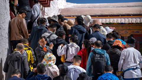 Kina har stengt grensene. Kinesiske turister vil sannsynligvis ikke kunne reise fritt før sommeren 2023. Dette har ført til en innenlandsk reiselivsboom. Kinesiske turister flokker til Tibet. Her fra Potala Palace i Lhasa.