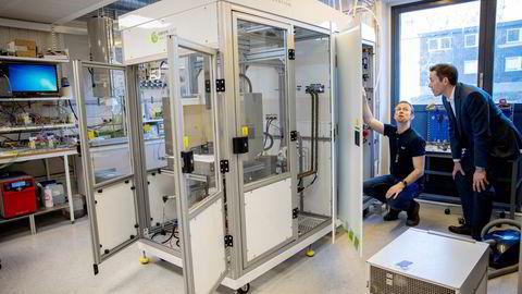 Oppfinner Magnus Thomassen og indutrigründer Fredrik Mowill får sentrale roller i det nye selskapet Hystar. Inne i dette kabinettet er teknologien som de håper kan gjøre grønn hydrogen mer kostnadseffektiv.