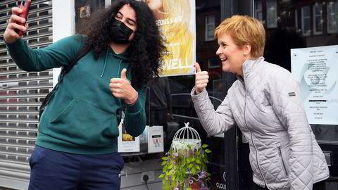 Nicola Sturgeon (til høyre), leder for Scottish National Party (SNP) og førsteminister i Skottland, begeistrer de unge. Her på gaten i Glasgow.