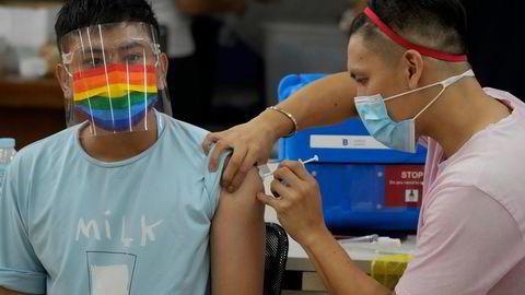 Kun 2,2 prosent av den filippinske befolkningen er fullvaksinert. Skepsisen til flere av vaksinene et stort og det har vært dårlig oppmøte ved vaksinesentrene. Her fra et vaksinesenter i Quezon på mandag.