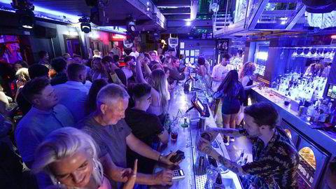 Folk samles på Bar Fiber i Leeds, etter at smittevernsrestriksjonene ble opphevet i England ved midnatt, mandag 19. juli