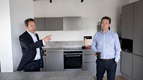 Lars Erik Grønntun (til venstre) sammen med Kahoots administrerende direktør Eilert Hanoa i selskapets lokaler i Oslo. Bildet ble tatt da Grønntun begynte i Kahoot i fjor.