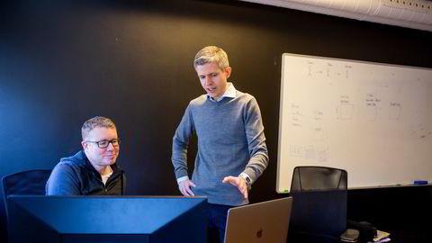 Fra kontorlokalene midt i Oslo leder Neil Chapman og Øyvind Grotmol i Exabel arbeidet med å lage et investeringsverktøy basert på maskinlæring og kunstig intelligens. Målet er at verktøyet skal bli like bra som teknologien til de fremste hedgefondene.