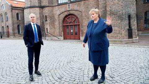 Finansminister Jan Tore Sanner og statsminister Erna Solberg. Regjeringen legger i dag frem det reviderte nasjonalbudsjettet for 2021.