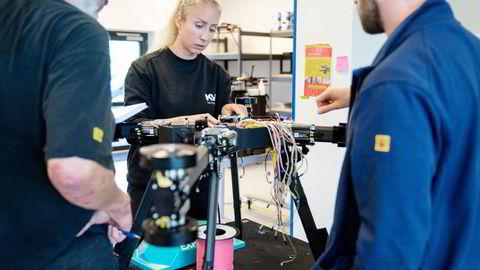 En selvbygget drone og programvare for inspeksjoner av kraftnettet skal gi milliardinntekter for Stavanger-selskapet KVS Technologies. Her diskutere Elin Risvik, Sven Simonsen (til venstre) og Rein Torsvik tekniske løsninger.