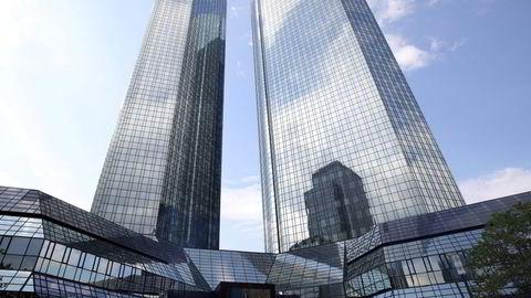 Deutsche Bank ble ilagt en bot på 2,5 milliarder dollar for rollen de spilte i å manipulere libor-renten. Nå har en tidligere ansatt blitt belønnet med en historisk stor utbetaling i USA. Her fra hovedkontoret i Frankfurt.