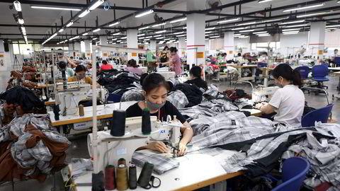 Nedstengningene i vietnamesiske storbyer de siste ukene har rammet landets økonomi – og de globale forsyningskjedene. Dette merkes for storselskaper som Apple, Adidas og Nike – og kunder over hele verden.
