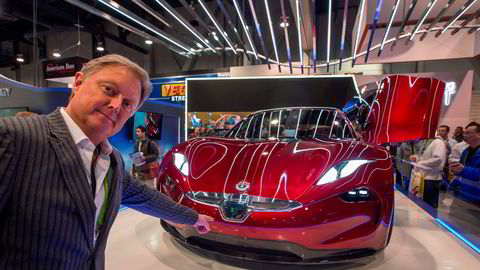 Bildesigner Henrik Fisker har fått med seg investorer med frisk kapital i elbilprodusenten Fisker Inc. Nå inngår selskapet en intensjonsavtale med Apples taiwanske hoffprodusent, Foxconn, om å utvikle og masseprodusere en ny elbilmodell. Her fra CES i Las Vegas i 2018 da Fisker viste frem en konseptmodell.