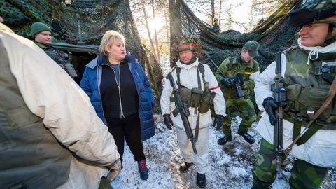 Statsminister Erna Solberg (H) får en omvisning av den svenske brigadesjefen Lennart Widerstöm (th) da hun besøkte en svensk panserbataljon under militærøvelsen Trident Juncture på Røros i 2018.
