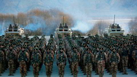 Den kinesiske hæren drev militær trening i Kashgar i Xinjiang sist vinter. Mange realister mener Kinas vekst fundamentalt endrer internasjonal politikk, men advarer samtidig mot å overdrive fiendebildet, skriver artikkelforfatterne.