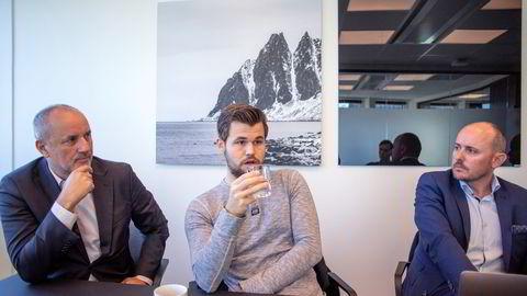Sjakkverdensmester Magnus Carlsen, her flankert av manager og investor Espen Agdestein (til venstre) og sjakkselskapets sjef Andreas Thome.