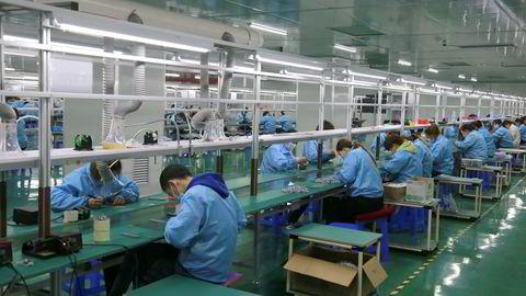 Det er fortsatt høy aktivitet ved kinesiske fabrikker og en solid eksportvekst. Råvareprisene stiger og nå begynner fabrikkene å sende regningen til kundene. Det gir prisvekst.