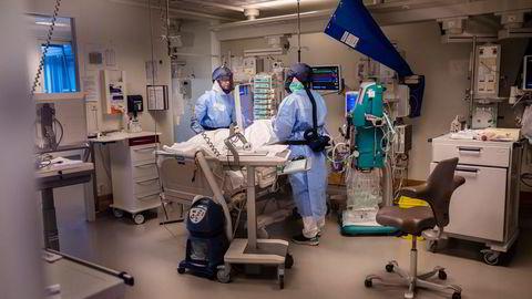 Muterte virusvarianter herjer nå i Bergen. Både ved Haukeland universitetssykehus, Oslo universitetssykehus og A-hus kjenner de på det samme: Kapasiteten er for dårlig. Her får en pasient på intensivavdelingen ved Rikshospitalet behandling for korona.