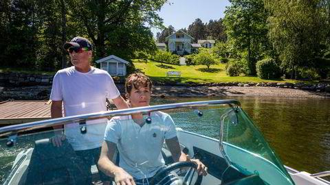 Terje Andresen (55) og sønnen Johannes Borud Andresen (21) belager seg på at dette blir siste sommeren på Bjerkøya-hytta, som nå legges ut for salg.