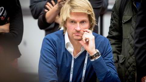 Eigil Stray Spetalen tjente 10 millioner kroner i fjor. Her sitter investoren i tanker etter å ha blitt slått ut av Magnus Carlsen i et parti simultansjakk i regi av Nordic Semiconductor i 2014.