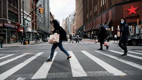 Vaksinering og støttetiltak har fått fart på amerikansk økonomi igjen. Her er personer på handletur i Brooklyn tidligere i mai.