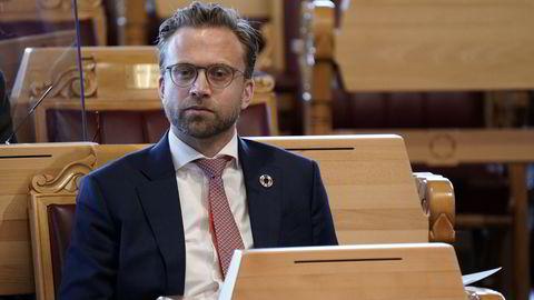 Kommunal- og moderniseringsminister Nikolai Astrup (H) varsler gjennomgåelse av systemet for eiendomsomsetning.