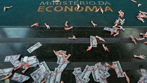 Falske sedler i rødt sammen med føtter fra fjærfe er i protest strødd utenfor kontorene til Brasils økonomiminister Paulo Guedes. Guedes er omtalt i Pandora Papers.