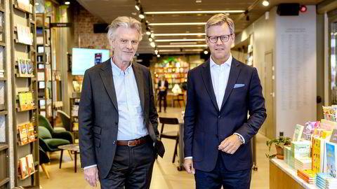 Forlagsdirektør Tom Harald Jenssen (venstre) og Egmonts toppsjef Steffen Kragh avbildet i bokkafeen til Cappelen Damm i Oslo. Det danske mediekonsernet har eid halvparten av aksjene i det norske forlaget en årrekke, og sikrer seg nå resten.
