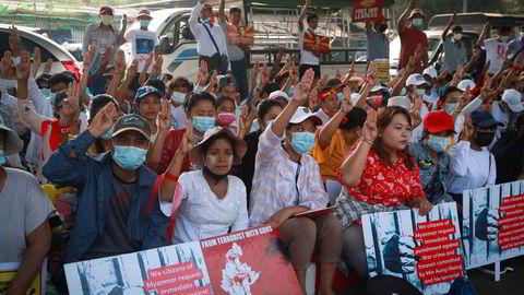 EU besluttet i forrige uke å innføre sanksjoner mot militærjuntaen i Myanmar. De fredelige folkelige protestene mot militærkuppet fortsetter.