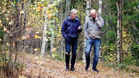 Ap-leder Jonas Gahr Støre og Sp-leder Trygve Slagsvold Vedum i samtale ved Hurdalsjøen Hotel onsdag.