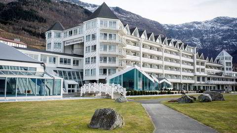 Hjørnesteinsbedriften i mange mindre samfunn er ofte eid av nordmenn. De er som Hotel Ullensvang eiere i femte generasjon. Hvorfor de skal måtte betale en ekstraskatt til staten fordi de er norske eiere, forblir en grov og stor urimelighet, skriver artikkelforfatteren.
