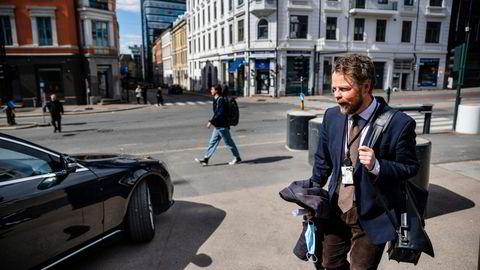 Arbeids- og sosialminister Torbjørn Røe Isaksen på vei til et møte fra sitt kontor i Akersgata. Regjeringen legger nå bort planen om å innføre en ekstra arbeidsgiverperiode.