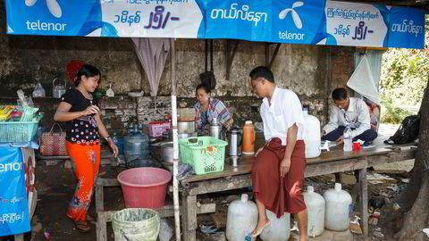 Konflikten mellom militærjuntaen og demonstranter har vært dramatisk etter militærkuppet 1. februar. Her fra en fredelig demonstrasjon i landets største by Yangon 2. april.