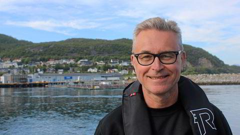 Fiskeri- og sjømatminister Odd Emil Ingebrigtsen (H) reiste mandag fra Tromsø til Skjervøy for å legge frem ny havbruksstrategi. Han fikk skyss av Fiskeridirektoratets kontrollbåt «Rind». I bakgrunnen; slakteriet til Lerøy Aurora på Skjervøy.