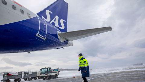 Kaptein Bjørn Erik Dahl sjekker flyet før avgang fra Bodø.