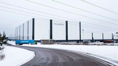 Varner-konsernet bygde dette sentrallageret i Vänersborg i Sverige for seks år siden. Nå har kleskonsernet solgt logistikkanlegget til et selskap eid av Stein Erik Hagen og Edgar Haugen som skal stå for en større utvidelse.
