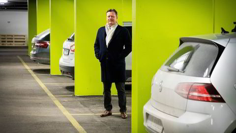 Tek-gründer og daglig leder Ketil Høigaard i parkeringsanlegget i Lørenveien. Her er god plass til flere biler, og med appen Parqio håper han at ledige plasser kan leies ut.