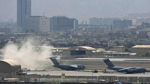 Raketter ble avfyrt mandag mot flyplassen i Kabul, der amerikanske tropper gjør seg klar til å forlate Afghanistan.