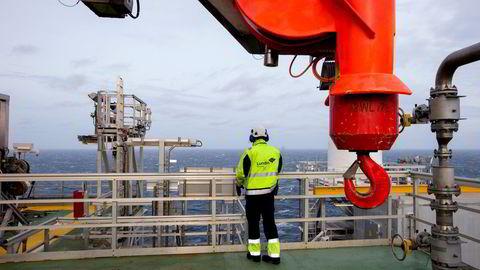 Lundin Energy er et av oppstrømsselskapene i oljesektoren som Oljefondet skulle selge seg ut av. Men takket være et smutthull er fondet fortsatt eier i det svenske selskapet. Bildet viser en arbeider på Lundins Edvard Grieg-plattform i Nordsjøen.