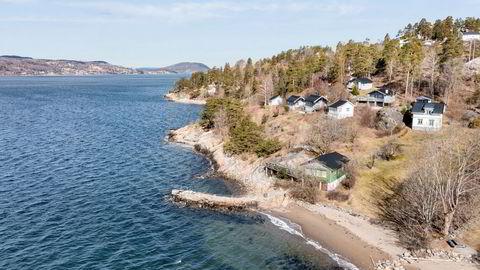 Strandlinje med egen molo er blant trekkplastrene på eiendommen.