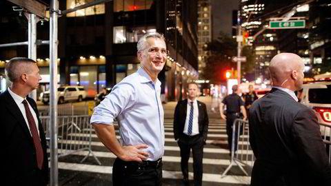 Jens Stoltenberg har hengt fra seg dressen og er på vei til middag etter en lang møtedag i New York. Da møter han tilfeldigvis den danske utenriksministeren Jeppe Kofod på gaten.