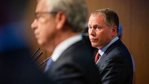Sjef i Oljefondet Nicolai Tangen (til høyre) og sentralbanksjef Øystein Olsen vil gjøre sitt for å hindre at sjefen i det franske oljeselskapet Total får være både styreleder og administrerende direktør.