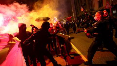Covid-protest i Frankfurt, Tyskland. Målt mot resten av Europa har kampen mot pandemien i Norge vært vellykket – og fredelig.