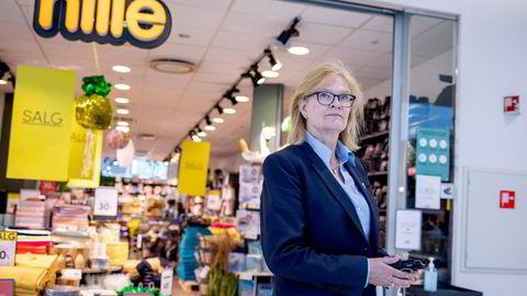 I 2019 fikk Nille-sjef Kjersti Hobøl tre til fem år av DNB på å berge Nille. Nå leverer kjeden lønnsomhet for første gang siden 2015. Her er Hobøl fotografert utenfor Nille Kolbotn Torg.