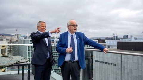 Endre Rangnes (til venstre) og Jon Nordbrekken starter nytt inkassoselskap. Her er de på toppen av advokatfirmaet Schjødts takterrasse ved Vika i Oslo, med Oslo Konserthus i bakgrunnen og ser utover Oslofjorden.