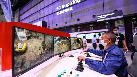 Huaweis 5G teknologi kan brukes til å kontrollere en kran, vises det her frem på en konferanse i Shanghai. Ny teknologi som tingenes internett, 5G og kunstig intelligens skaper nye sårbarheter, skriver artikkelforfatterne.